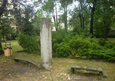 Na tomto podstavci stála Masarykova busta. Kdoví, zda-li ještě existuje?